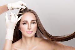 Skönhetsmedel injicerat i huvud för kvinna` s royaltyfria foton