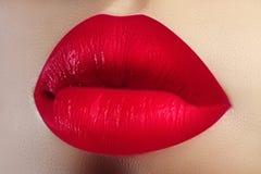 Skönhetsmedel makeup Ljus läppstift på kanter Closeup av den härliga kvinnliga munnen med röd kantmakeup Söt kyss för valentin royaltyfri bild