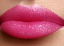 Skönhetsmedel makeup Ljus läppstift på kanter Closeup av den härliga kvinnliga munnen med rosa kantmakeup kyssa sött arkivfoton