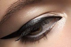 Skönhetsmedel Makro av skönhetögat med eyelinersmink royaltyfria bilder