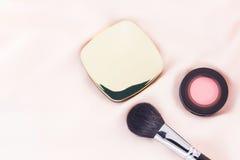 Skönhetsmedel och borste Royaltyfri Fotografi