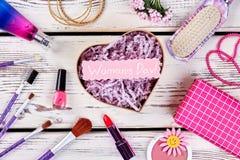 Skönhetsmedel och hjärta-formad ask Royaltyfri Foto