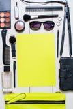 Skönhetsmedel- och kvinnors tillbehöravverkning ut ur den gröna handväskan på vit bakgrund Royaltyfria Bilder