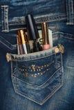 Skönhetsmedel och pengar klibbar ut ur facket av hans jeans med r Royaltyfri Bild