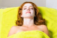 Skönhetsmedel och skönhet - kvinna med den ansikts- maskeringen Royaltyfri Bild