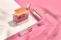 Skönhetsmedel och tillbehör för ` s för trendiga kvinnor Lekmanna- lägenhet doft rosa white för bakgrund Skugga från en palmblad royaltyfria bilder