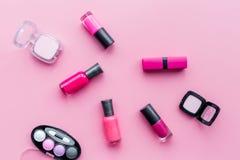 Skönhetsmedel på färgrik bakgrund Ljusa rosa färger spikar polermedel, läppstift, ögonskuggor på bästa sikt för rosa bakgrund Royaltyfria Foton