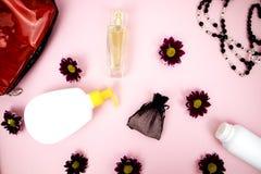 Skönhetsmedel på tabellen på kvinnan Kosmetisk påse, skönhetsmedel och hygienprodukter Rosa bakgrund för text arkivfoto