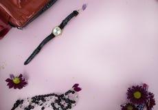 Skönhetsmedel på tabellen på kvinnan Kosmetisk påse, skönhetsmedel och hygienprodukter Rosa bakgrund för text royaltyfria bilder