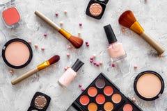 Skönhetsmedel ställer in med beiga, och nakenstudie tonar för naturlig makeup på bästa sikt för grå bakgrund Royaltyfri Fotografi
