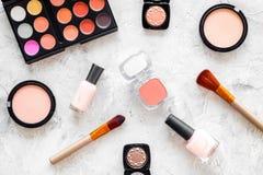 Skönhetsmedel ställer in med beiga, och nakenstudie tonar för naturlig makeup på bästa sikt för grå bakgrund Arkivfoton