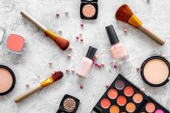 Skönhetsmedel ställer in med beiga, och nakenstudie tonar för naturlig makeup på bästa sikt för grå bakgrund Arkivbild