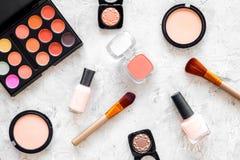 Skönhetsmedel ställer in med beiga, och nakenstudie tonar för naturlig makeup på bästa sikt för grå bakgrund Arkivfoto