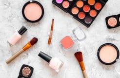 Skönhetsmedel ställer in med beiga, och nakenstudie tonar för naturlig makeup på bästa sikt för grå bakgrund Royaltyfria Foton