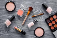 Skönhetsmedel ställer in med beiga, och nakenstudie tonar för naturlig makeup på bästa sikt för grå träbakgrund Royaltyfria Foton