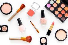 Skönhetsmedel ställer in med beiga, och nakenstudie tonar för naturlig makeup på bästa sikt för vit bakgrund Royaltyfri Bild