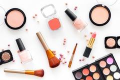 Skönhetsmedel ställer in med beiga, och nakenstudie tonar för naturlig makeup på bästa sikt för vit bakgrund Arkivfoto