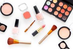 Skönhetsmedel ställer in med beiga, och nakenstudie tonar för naturlig makeup på bästa sikt för vit bakgrund Fotografering för Bildbyråer