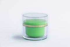 Skönhetsmedelkrämflaska i grön färg Arkivfoton
