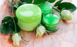 Skönhetsmedeluppsättning av krämflaskor och rosor Royaltyfria Bilder