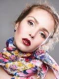 Skönhetsminkflicka i färgrik halsduk fotografering för bildbyråer