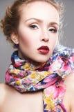 Skönhetsminkflicka i färgrik halsduk royaltyfri bild