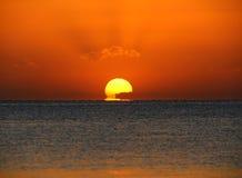 Skönhetsoluppgång över havet Arkivbild