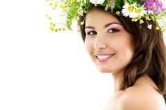 Skönhetsommarstående av den unga härliga kvinnaframsidan med garlan Arkivbild