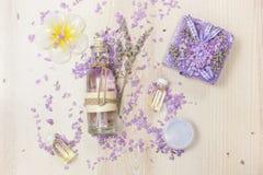 Skönhetsprodukter med lavendel Arkivbild