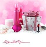 Skönhetsprodukter med snö och rosa färgbakgrund royaltyfri bild