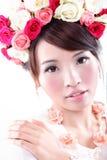 Skönhetstående av bruden med rosor Royaltyfria Bilder