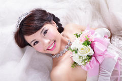 Skönhetstående av bruden med rosor Arkivfoto