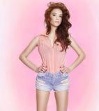 Skönhetstående av brunettunga flickan, vår. Royaltyfria Foton