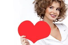 Skönhetstående av caucasianen som ler röd hjärtadal för lycklig kvinna arkivbild
