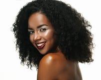 Skönhetstående av den attraktiva afrikansk amerikankvinnan med stor afro- och glamourmakeup arkivfoto