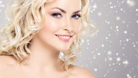 Skönhetstående av den attraktiva blonda flickan med lockigt hår och ett b royaltyfri fotografi