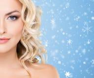 Skönhetstående av den attraktiva blonda flickan med lockigt hår och ett b arkivbild
