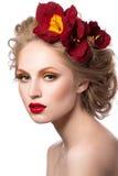 Skönhetstående av den attraktiva blonda unga flickan Arkivfoto