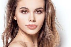 Skönhetstående av den attraktiva flickan med glamourmakeup Royaltyfri Fotografi
