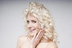 Skönhetstående av den attraktiva unga blonda kvinnan royaltyfri bild