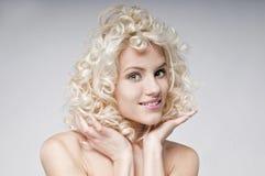 Skönhetstående av den attraktiva unga blonda kvinnan arkivbilder