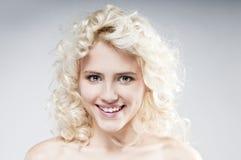 Skönhetstående av den attraktiva unga blonda kvinnan arkivfoto