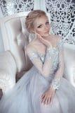Skönhetstående av den bärande modebröllopsklänningen för brud elegantt royaltyfri fotografi