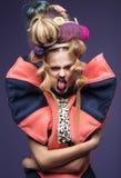 Skönhetstående av den bärande modeklänningen för ung kvinna med den idérika frisyren och ljus makeup royaltyfria foton