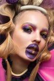 Skönhetstående av den bärande modeklänningen för ung kvinna med den idérika frisyren och ljus makeup fotografering för bildbyråer