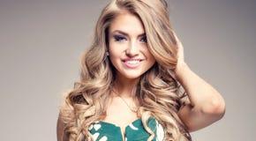 Skönhetstående av den blonda kvinnan royaltyfria bilder