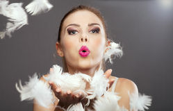 Skönhetstående av den blonda kvinnan med fjädrar Arkivbilder