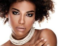 Skönhetstående av den eleganta afrikansk amerikankvinnan royaltyfri bild