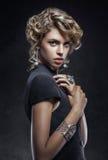 Skönhetstående av den eleganta blonda flickan med smycken Arkivbild