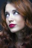 Skönhetstående av den härliga gladlynta unga kvinnan Fotografering för Bildbyråer
